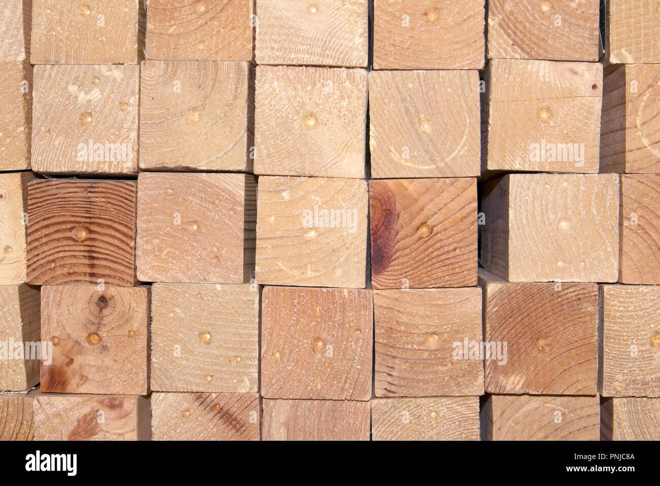 Licht Holz- Bars mit einem quadratischen Abschnitt in einem Stapel ...