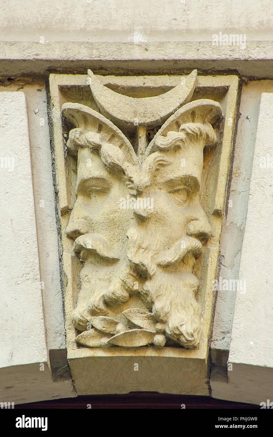 Double Face, Janus Kopf als Schlußstein auf eine Tür Bogen, Königstein, Sachsen, Deutschland. Stockfoto