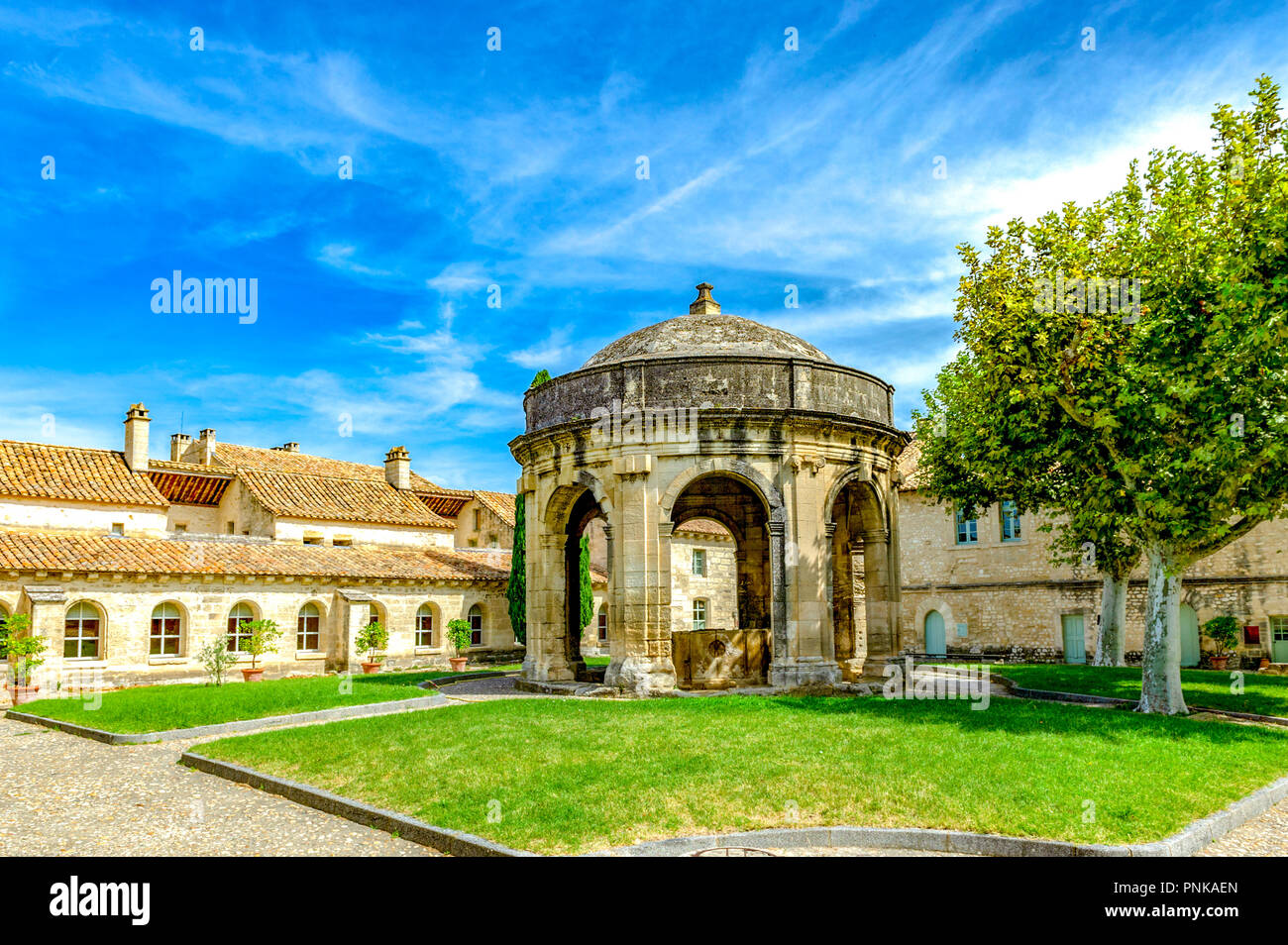 Frankreich. Gard (30). Villeneuve-Les-Avignon. Chartreuse Notre-Dame-du-Val-de-Bénédiction. Der Kreuzgang Saint-Jean und seinem Brunnen Stockfoto