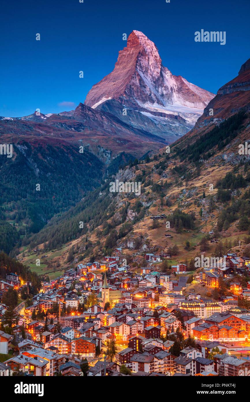 Zermatt. Bild des legendären Dorf Zermatt, Schweiz mit Matterhorn im Hintergrund, während der Dämmerung. Stockbild
