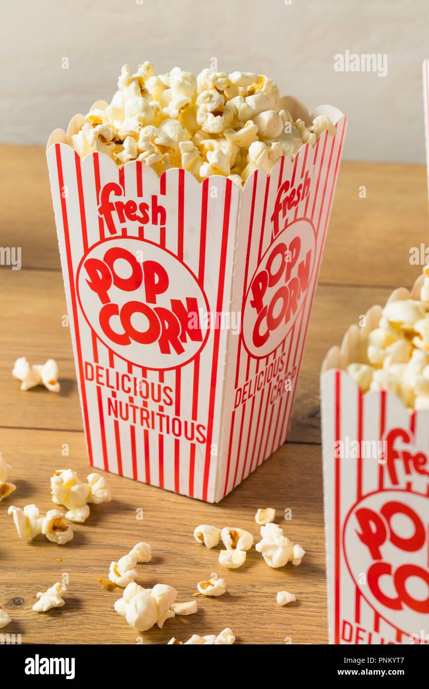 Klassische buttrige Movie Theater Popcorn mit Salz in einer Tasche Stockbild