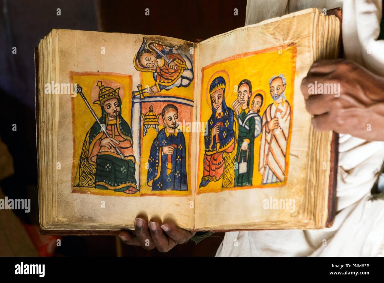 m nch und 300 jahre alte neue testament bibel zeigt maria. Black Bedroom Furniture Sets. Home Design Ideas