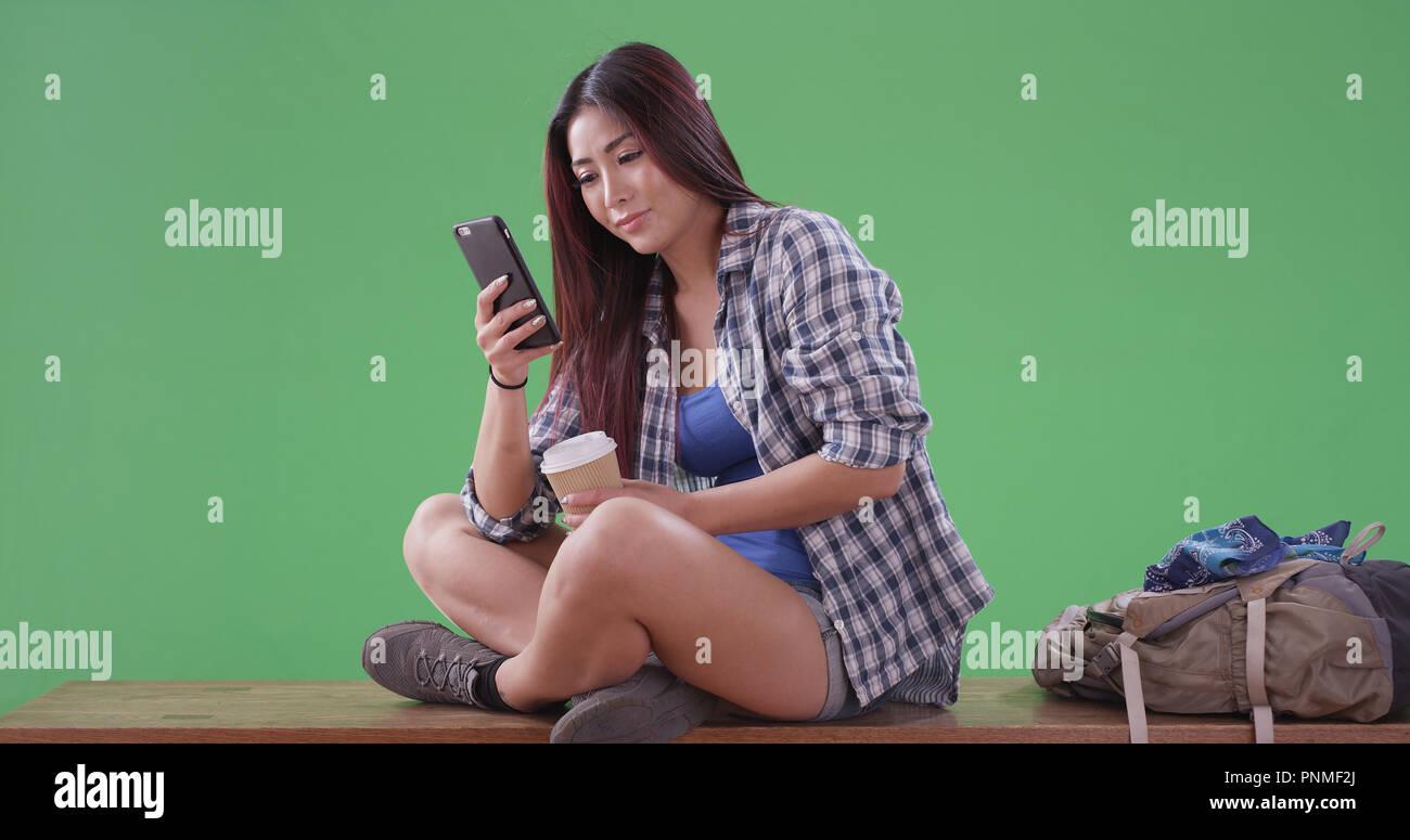 Asiatische Frau Wanderer mit Telefon und Kaffee, Pause auf