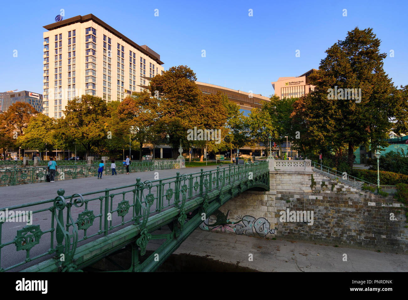 Wien Wien Park Stadtpark Brucke Kleine Ungarbrucke Hilton Hotel