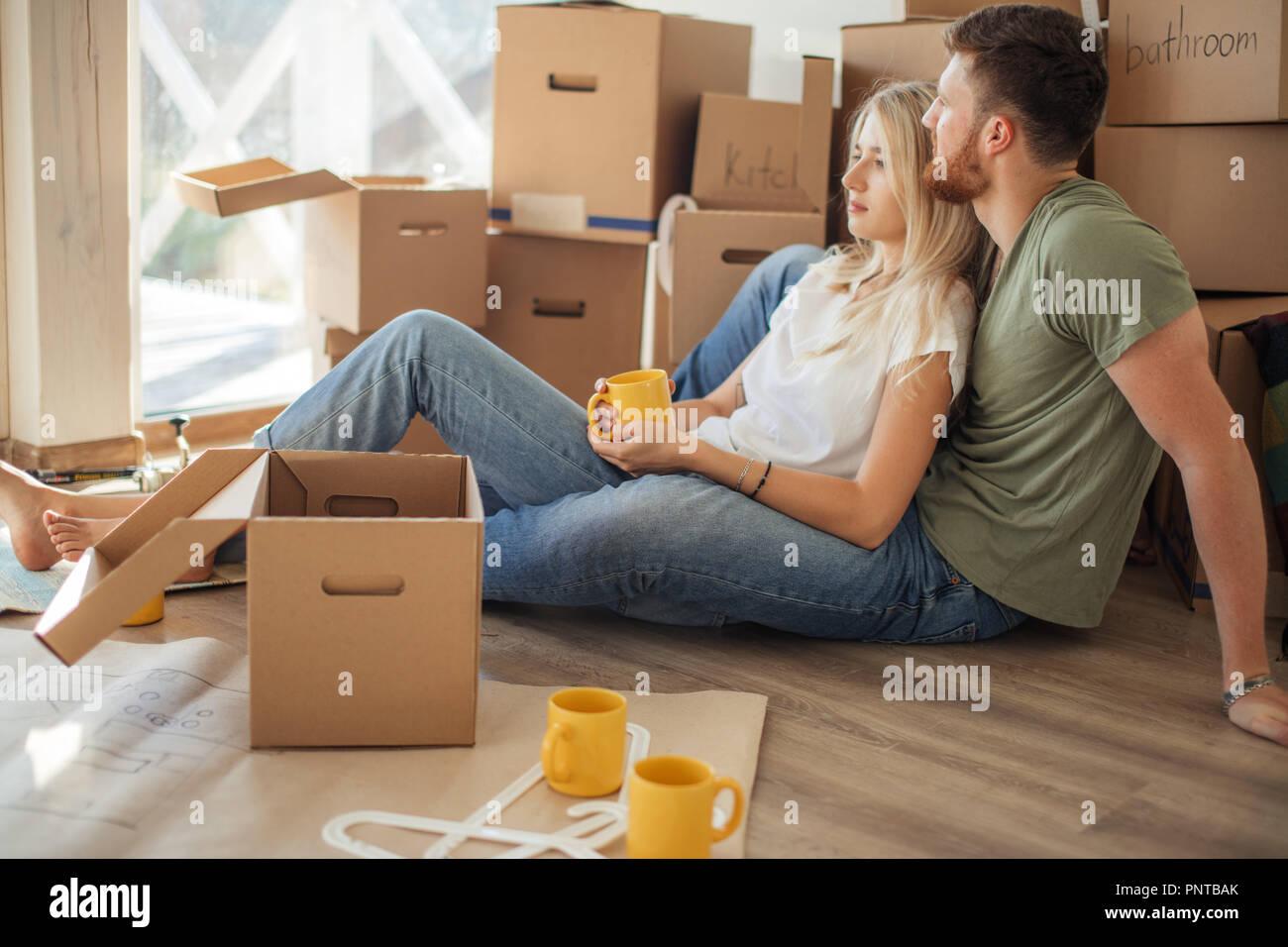 Paar Neue Heimat Glückliche Menschen Kaufen Neue Wohnung Stockfoto