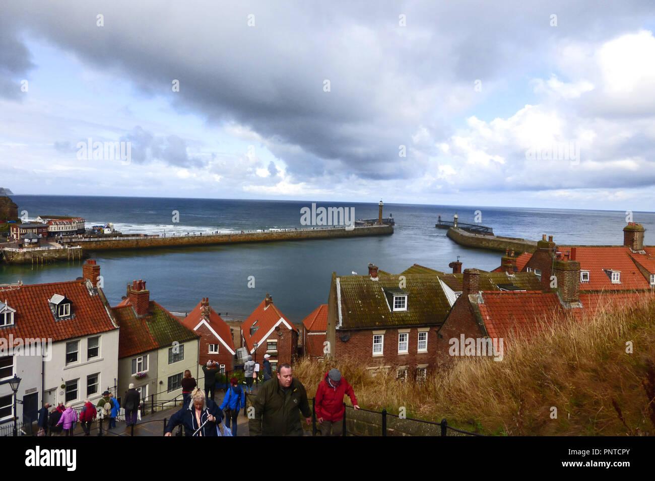 Die Schritte, um die Abtei und Blick auf den Hafen Eingang in Whitby, Yorkshire mit Regen droht Stockbild