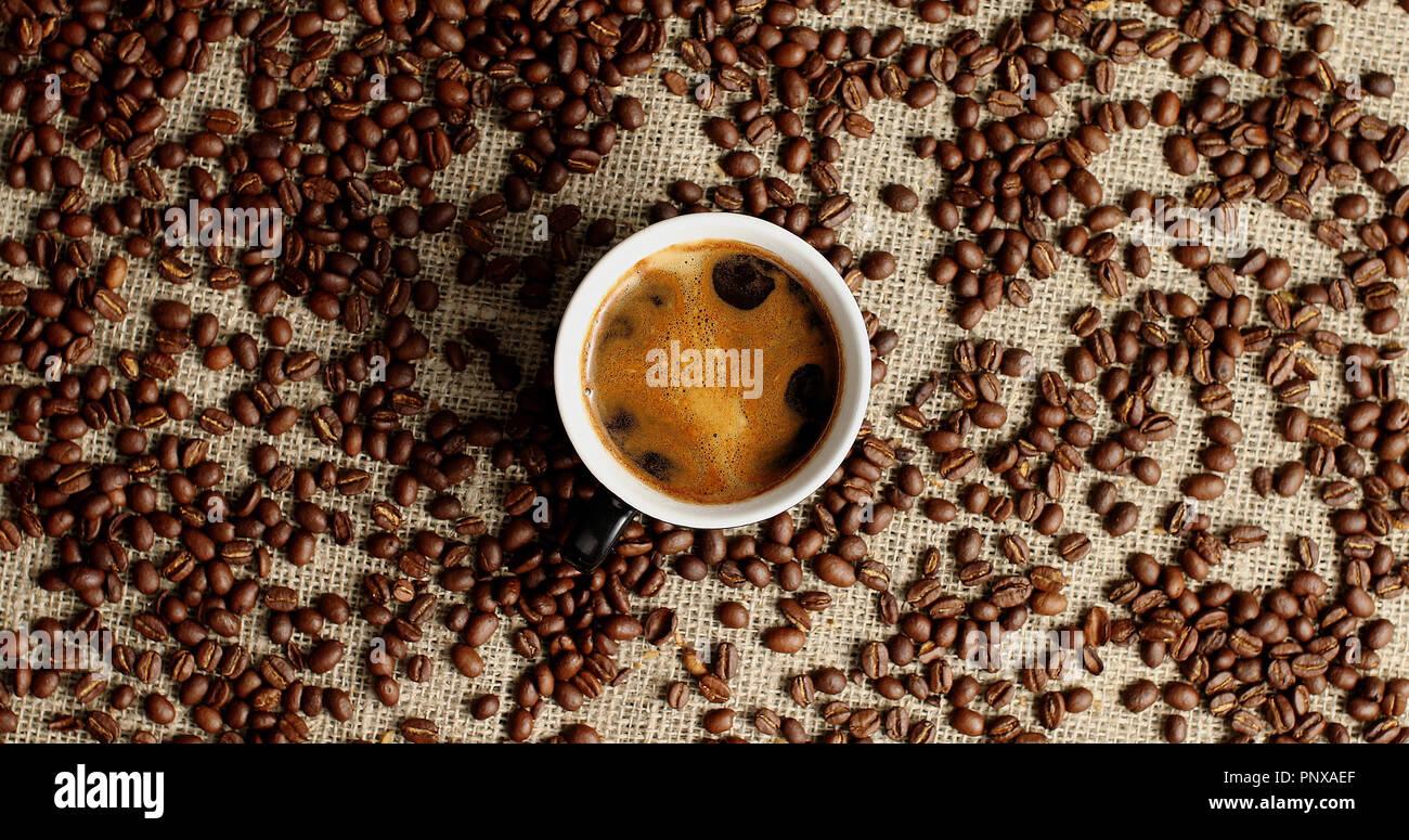 Tasse Espresso und Kaffee Bohnen Stockbild