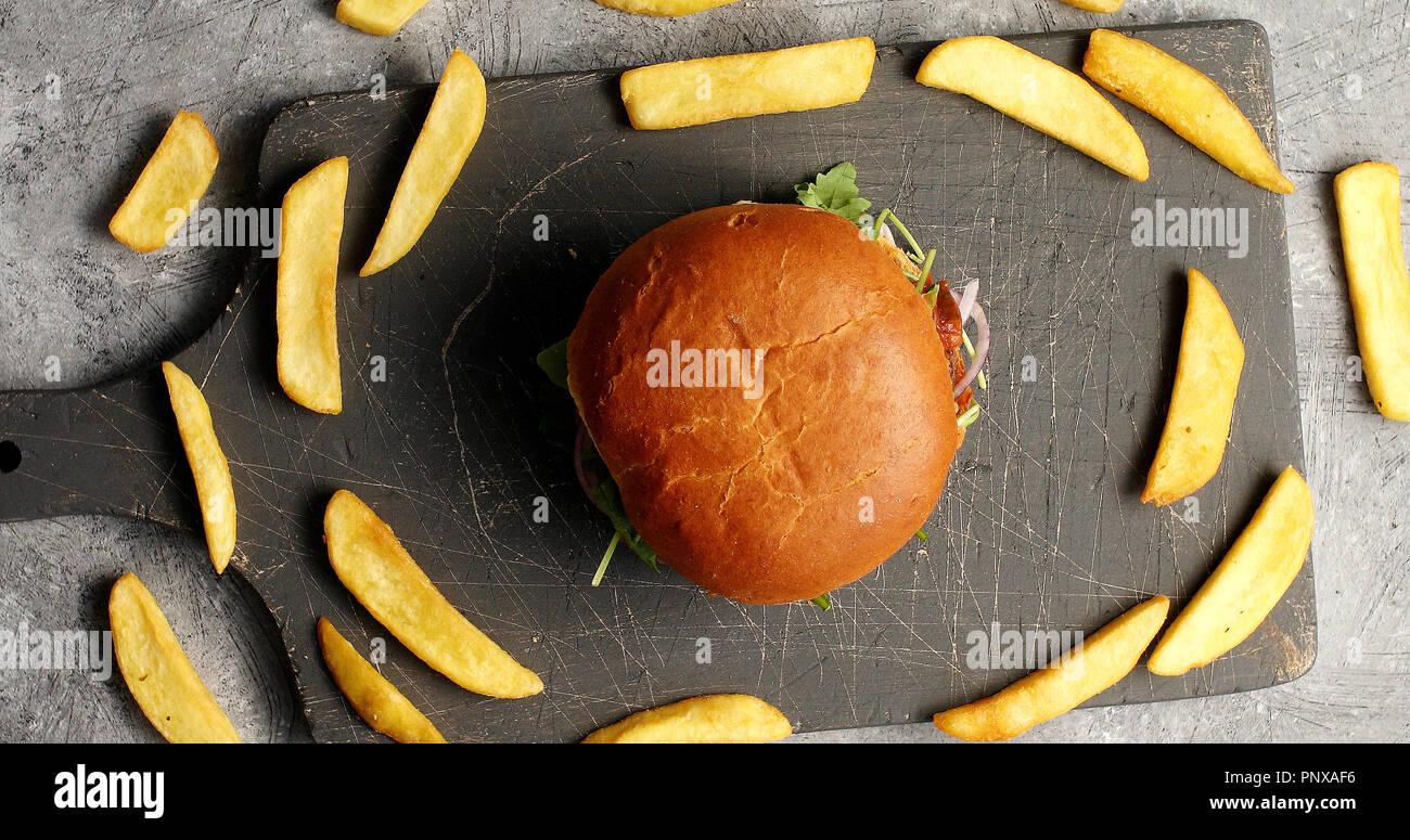 Zusammensetzung der Burger mit Pommes frites Stockbild