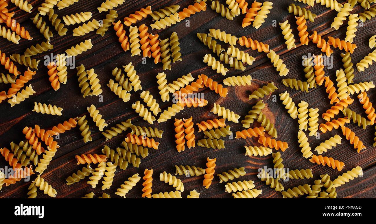 Unordentliche Anordnung der Pasta auf Holz Stockbild