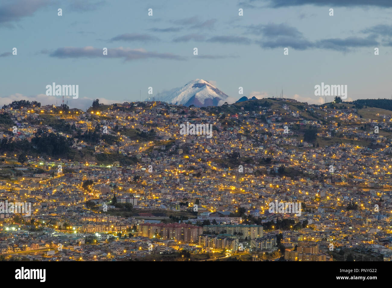 Blick auf Quito bei Nacht und den Vulkan Cotopaxi im Hintergrund, Ecuador Stockbild
