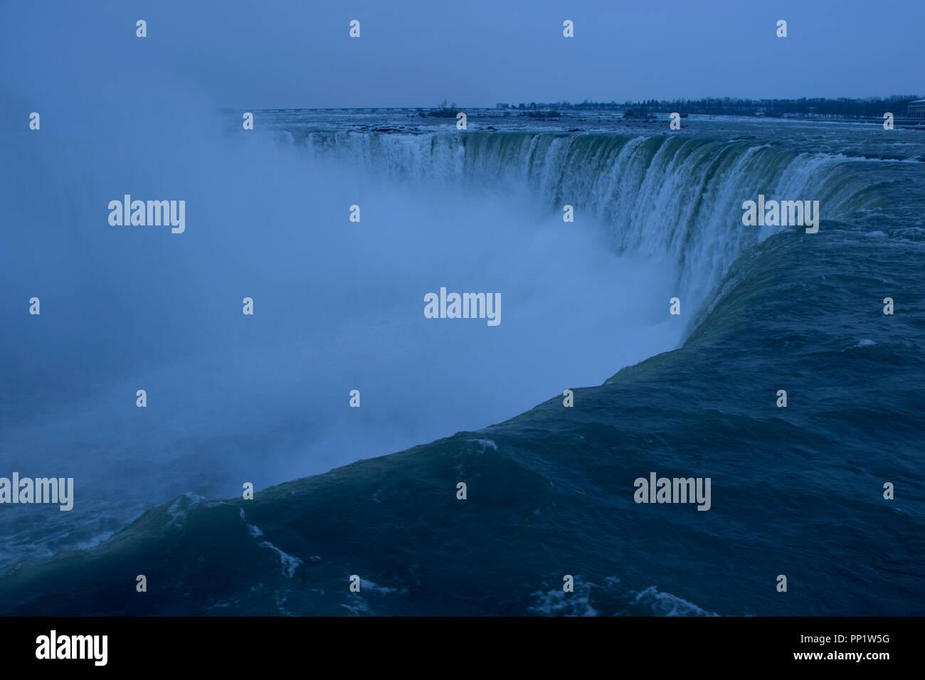 Niagara Falls Antenne zoomen Sie auf einen Panoramablick auf eine beeindruckende Wasserfall. Stockbild