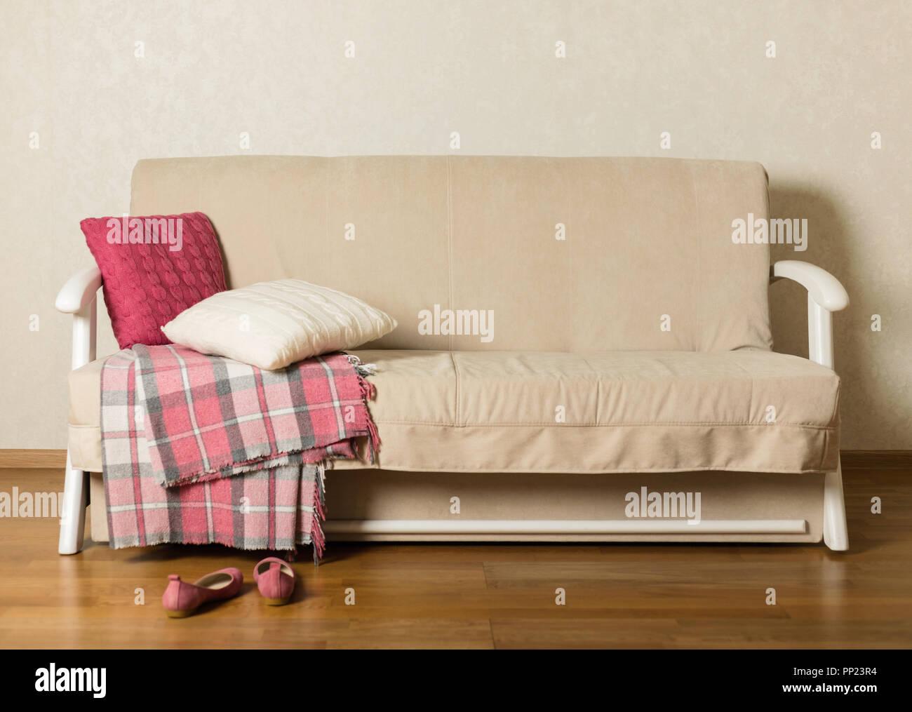 Beige Sofa mit Plaid und bunte Kissen (Rosa, Grau, Weiß) im ...