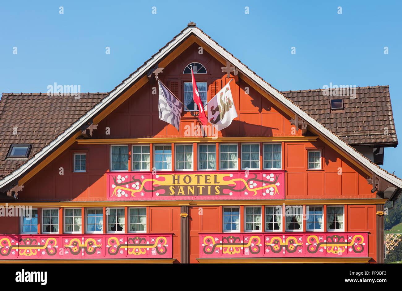 Appenzell, Schweiz - 20. September 2018: Der obere Teil des Gebäudes der Romantik-Hotel Santis in der Stadt Appenzell, Blick von der Landsgemeinde Stockbild