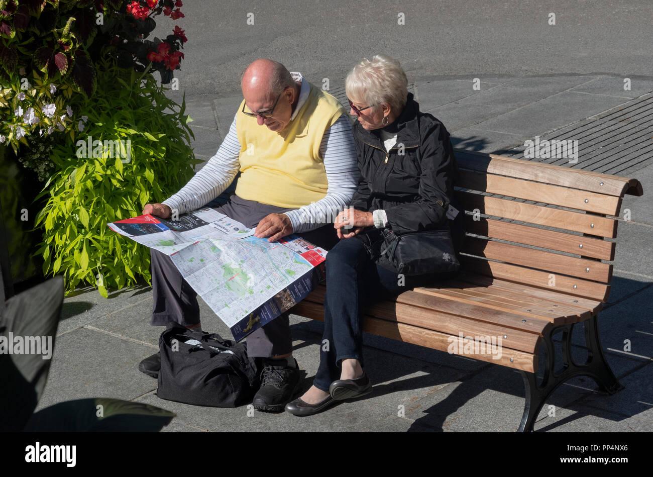 Montreal Altstadt Karte.Senior Touristische Paar Consulting Eine Karte Wahrend Auf
