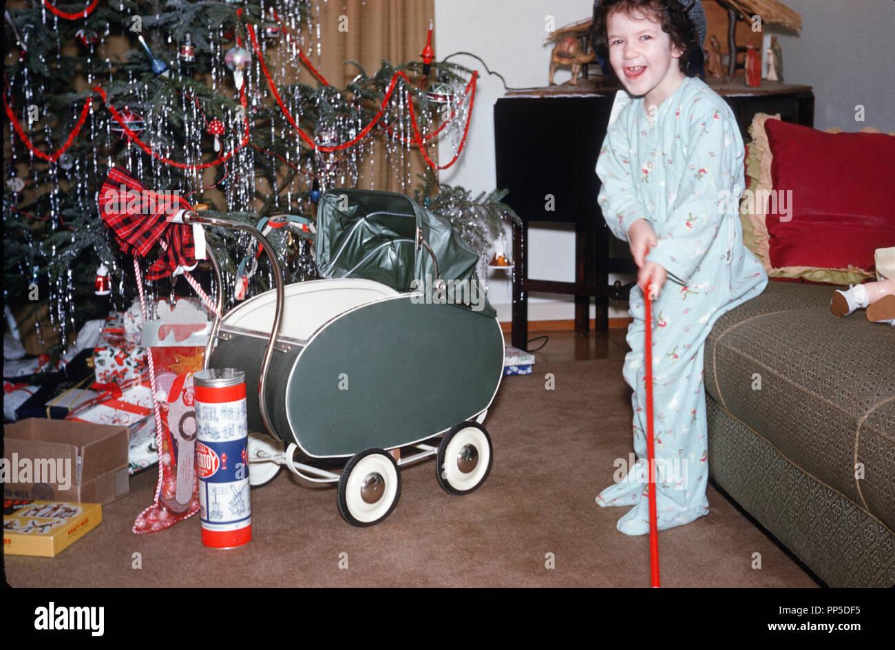Christmas Christmas Presents Usa 1950s Stockfotos & Christmas ...