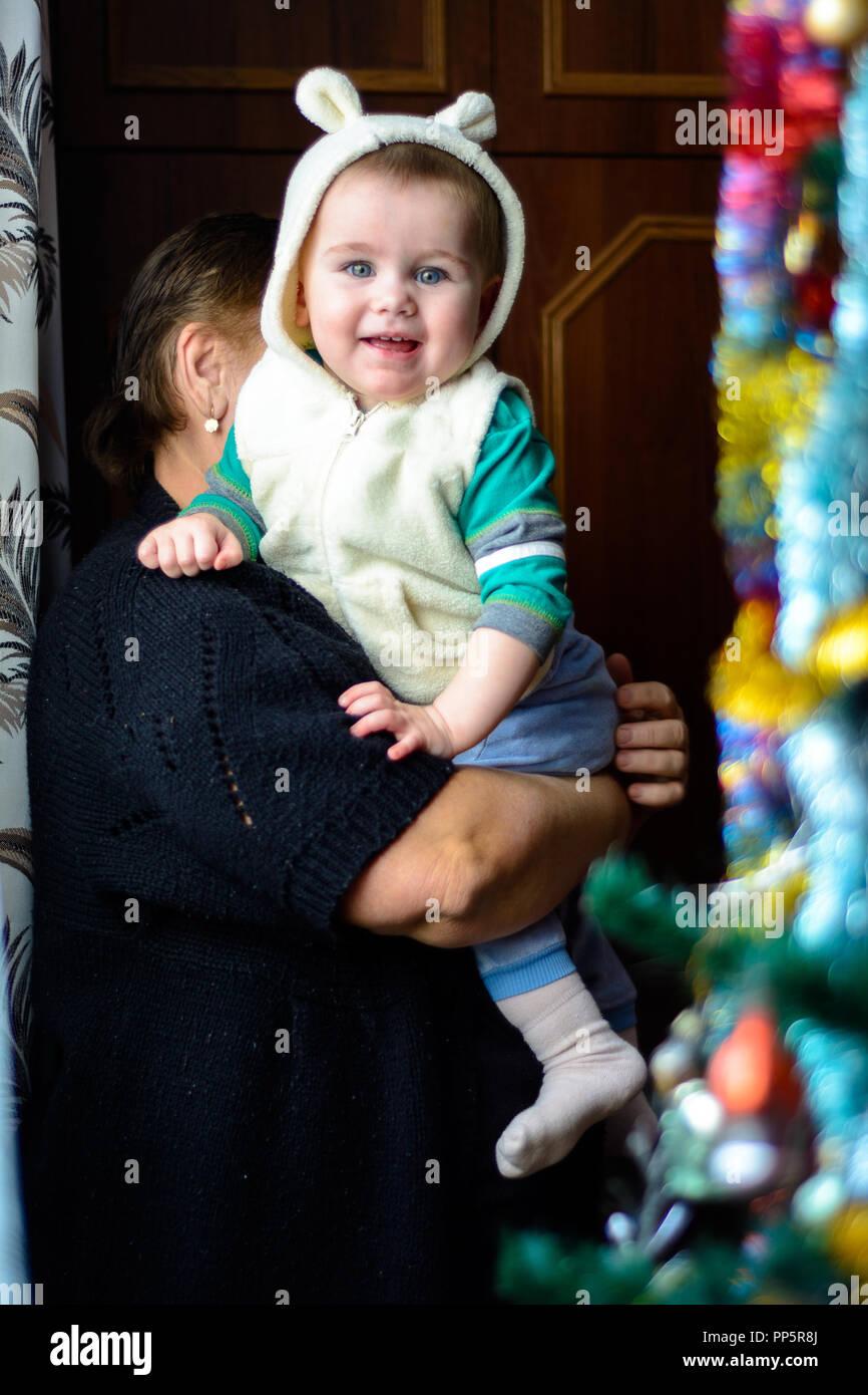Oma mit Enkelin im Vorgriff auf die Weihnachten Wunder und Geschenke ...