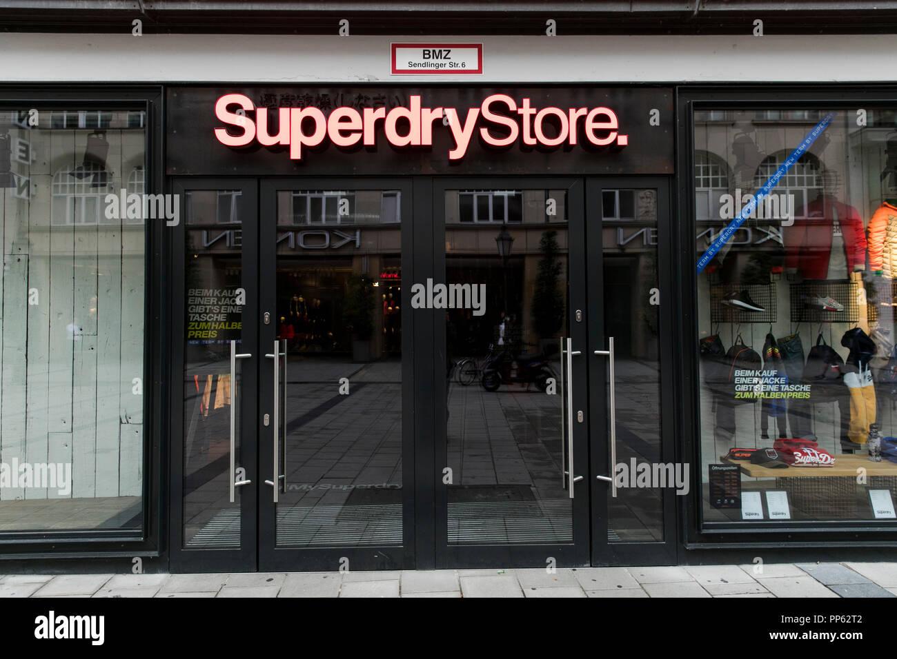 wholesale dealer dae82 8a459 Ein logo Zeichen außerhalb eines Superdry Store in München ...