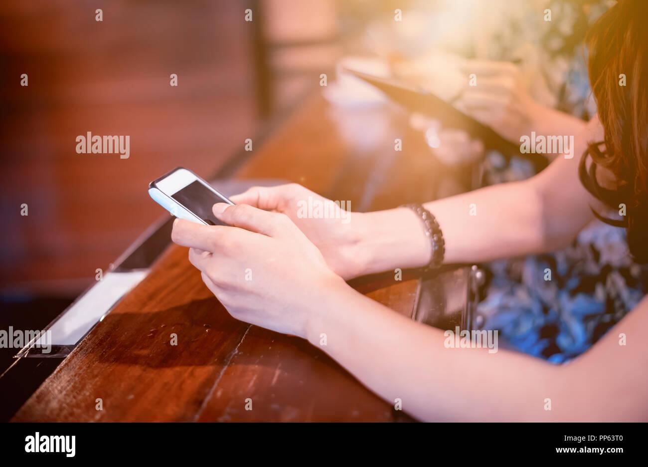 9bd566dd3e67c3 Online Shopping am Schwarzen Freitag. Frauen kaufen die Produkte von der  Website und Internet. E-Commerce und Technologie Konzept.
