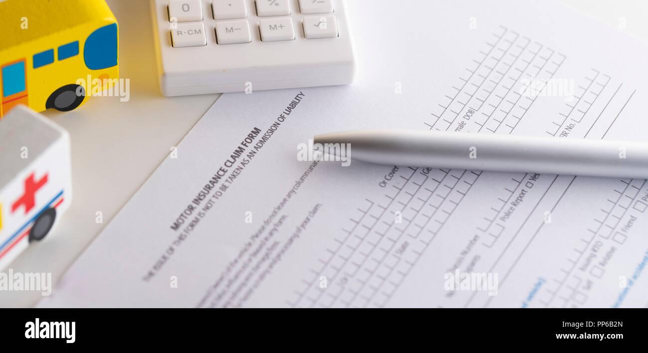 Kfz-versicherung Antragsformular Papier mit Modell Auto und Stift und Taschenrechner Stockbild