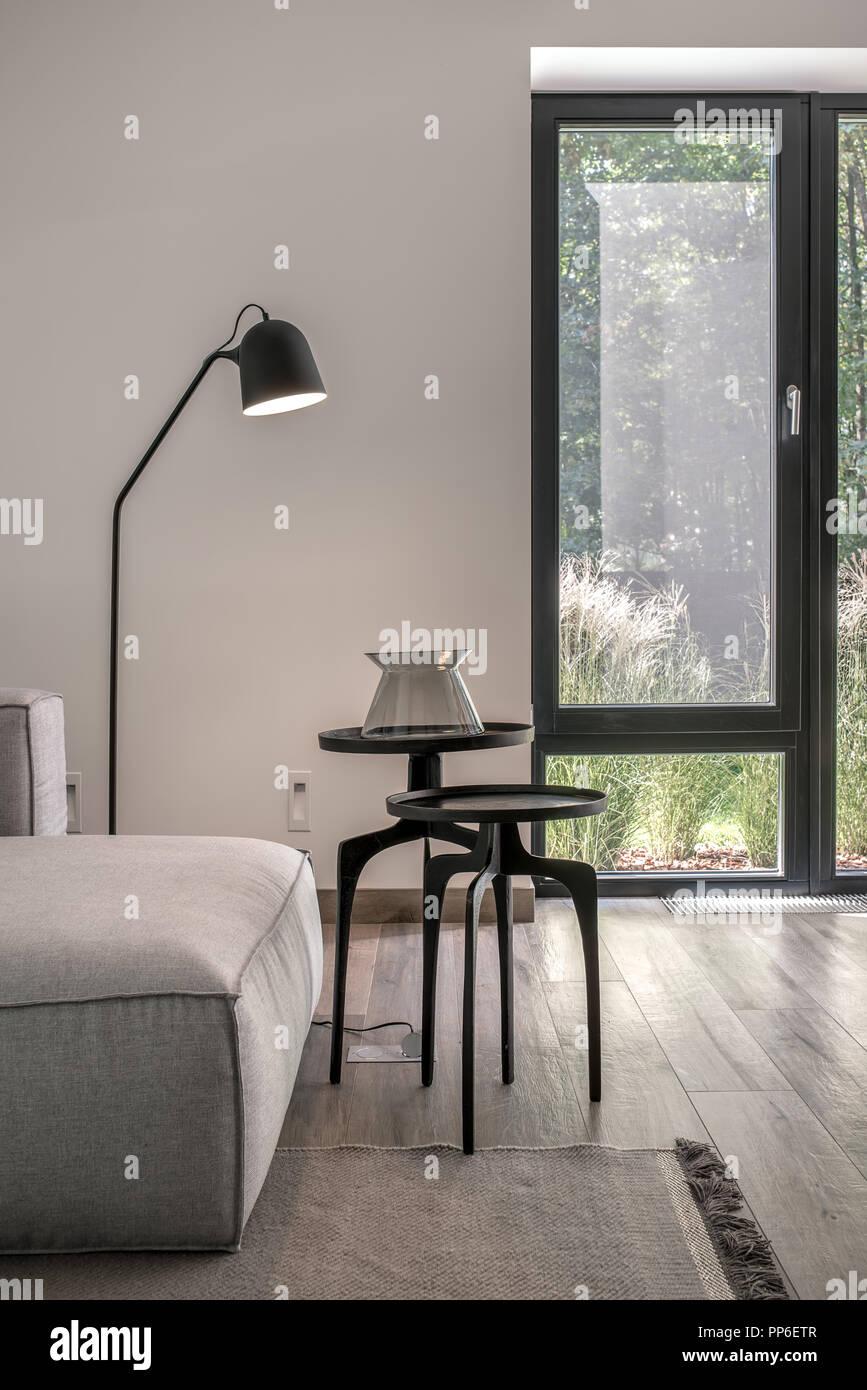 Moderne Einrichtung mit weißen Wänden und einem Parkettboden mit ...