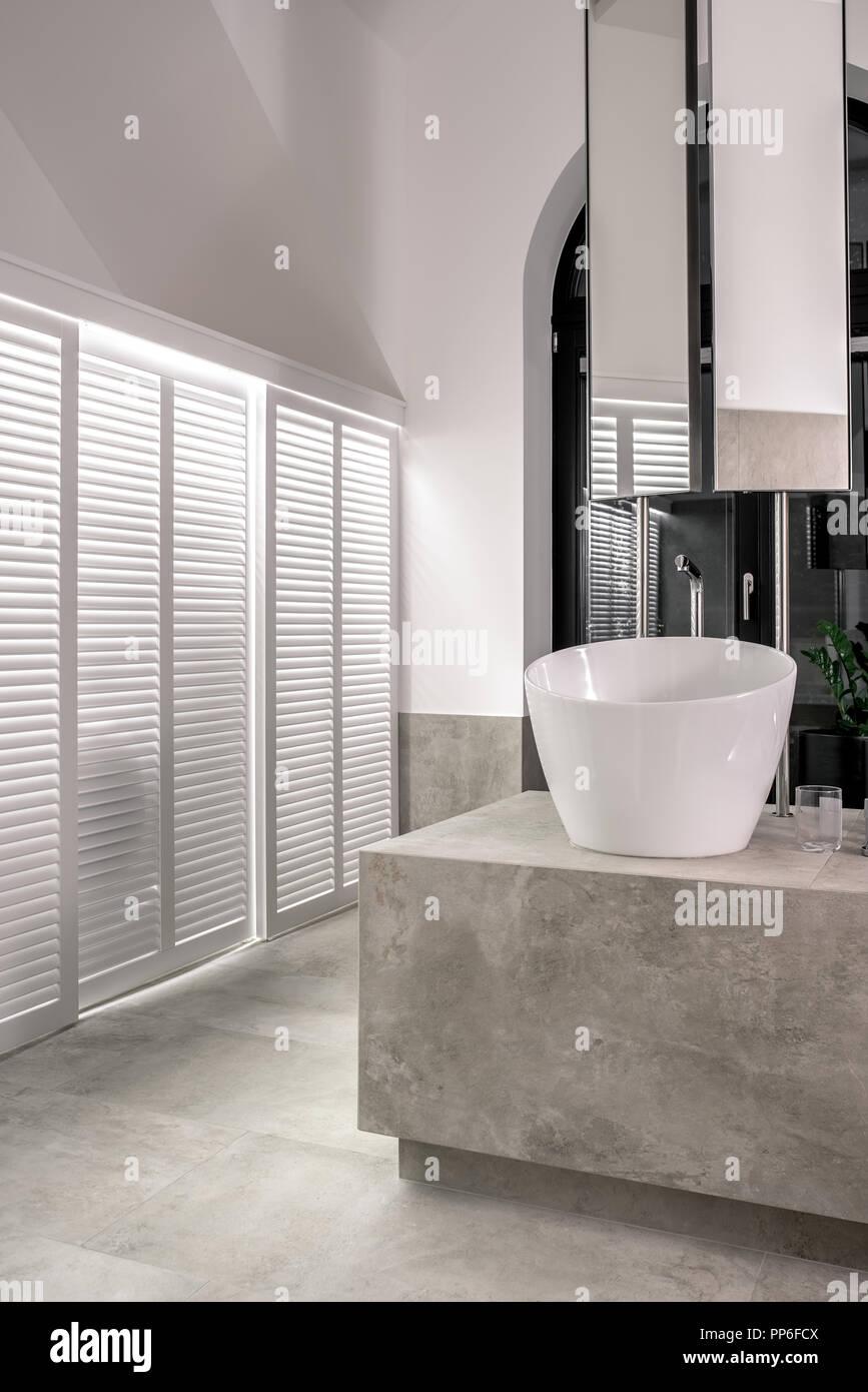 Schönes, modernes Badezimmer mit Beleuchtung, weiße und ...
