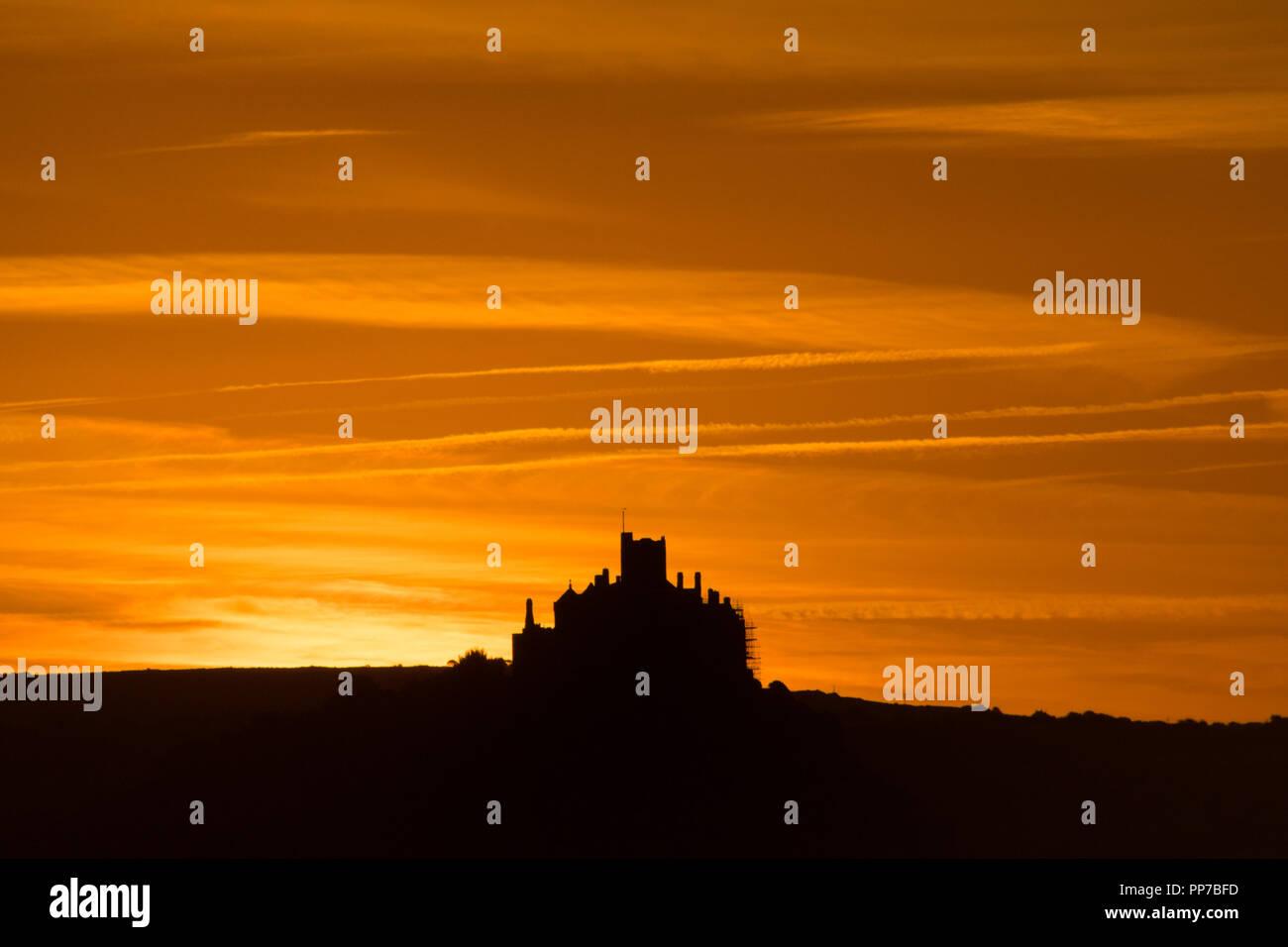 Penzance, Cornwall, UK. 24. September 2018. UK Wetter. Frühe Wolken hob einen herrlichen Sonnenaufgang über dem Meer bei Mounts Bay in Cornwall zu diesem Morgen geben. Foto: Simon Maycock/Alamy leben Nachrichten Stockfoto