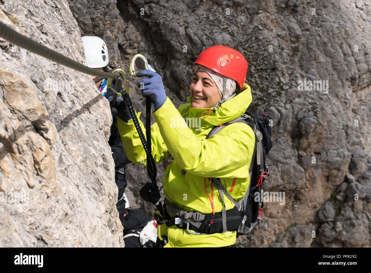 Klettersteig Weibl : Junge weibliche bergsteiger am klettersteig in den dolomiten