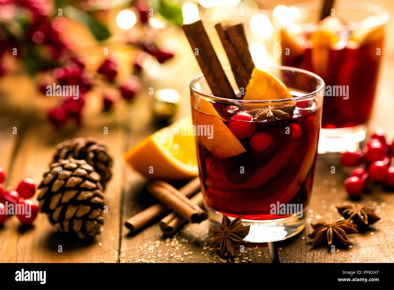 Weihnachten Glühwein Rotwein mit den Gewürzen und Orangen auf einer hölzernen rustikalen Tisch. Traditionelle warme Getränke zu Weihnachten Stockbild
