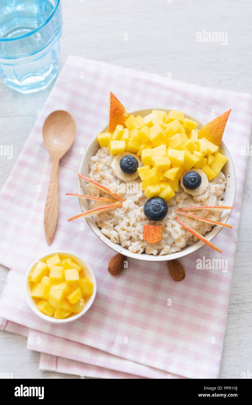 Lustige Frühstück für Kinder Haferflocken Brei. Kreative Küche Kunst ...