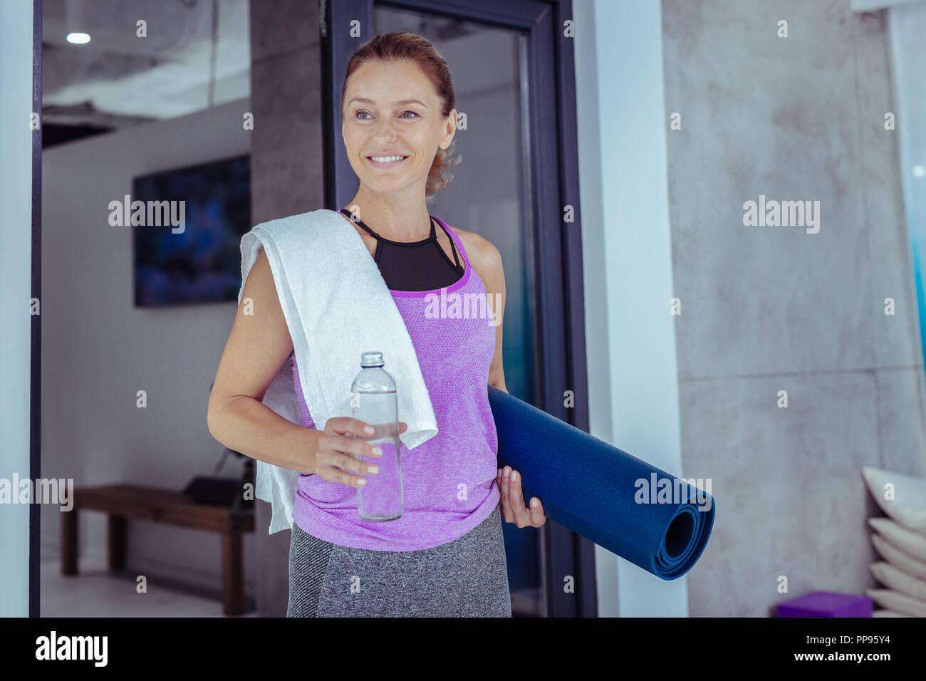 Gerne reife Frau kommen im Sport Studio Stockbild