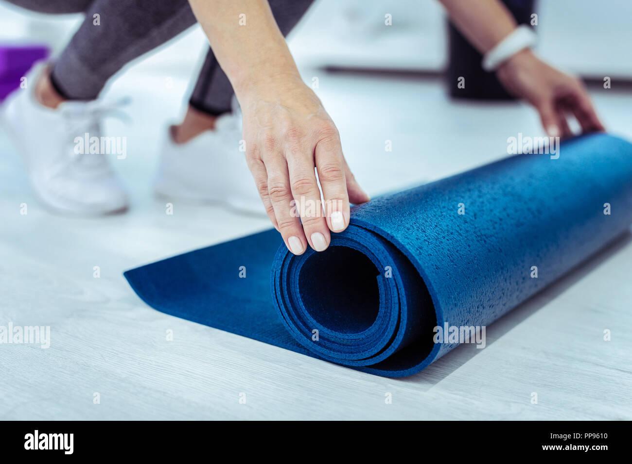 Kräftige, reife Frau rollgroß Blue mat Board Stockbild