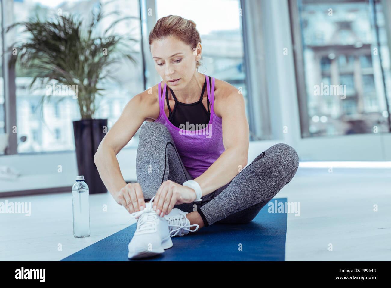 Reife Frau fertig zu Workout konzentrieren Stockbild