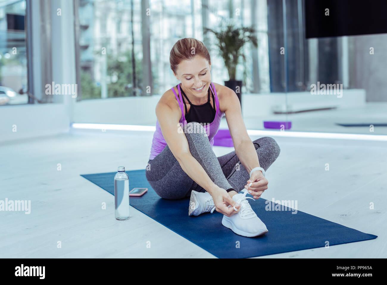Froh, reife Frau, bevor Workout gekleidet Stockbild