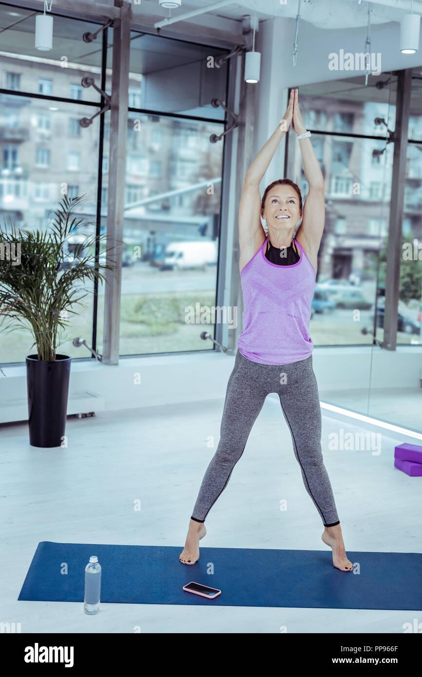 Positive reife Frau Konzentration auf körperliche Stärke Stockbild