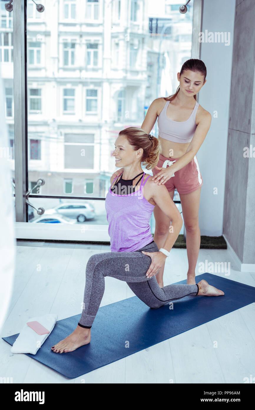 Reife Frau trainieren Yoga mit Trainer Zufrieden Stockbild