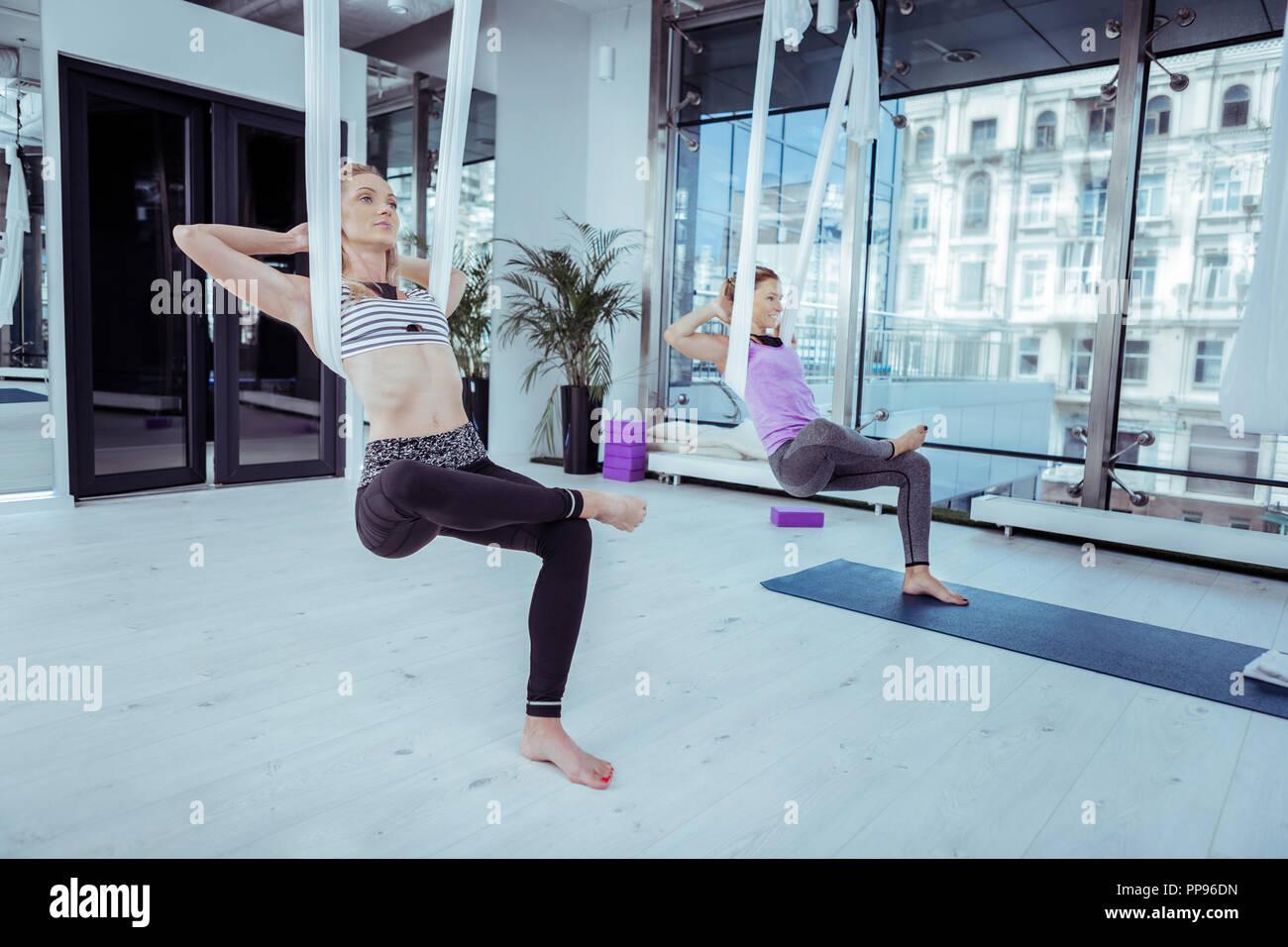 Junge zwei Frau finden Balance während des Yoga Stockbild
