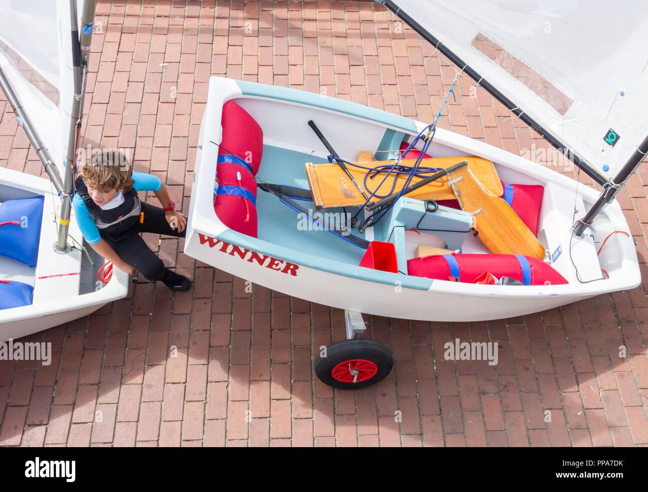 Optimist Klasse Jollen auf helling auf Kinder segeln Wettbewerb in Spanien. Stockbild