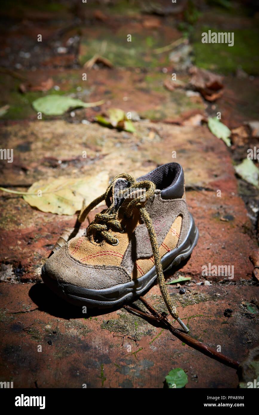 Baby Schuh Liegen Auf Einem Alten Ziegel Boden Verlassen Verlorene