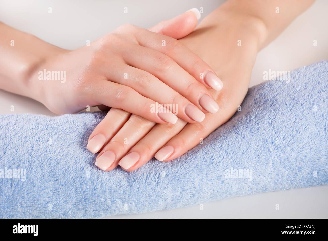 Ombre French Nagel Auf Frau Hande Auf Blau Sanft Mit Einem Handtuch