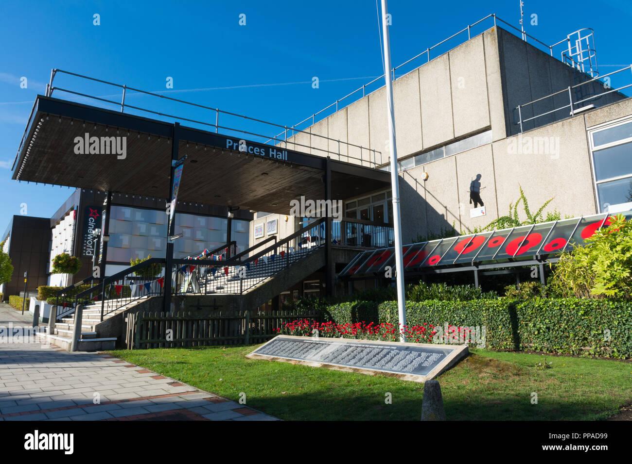 Princes Hall, ein Theater und eine multifunktionale Veranstaltungshalle in Aldershot Town in Hampshire, Großbritannien. Äußere des Gebäudes mit dem Kriegerdenkmal. Stockbild