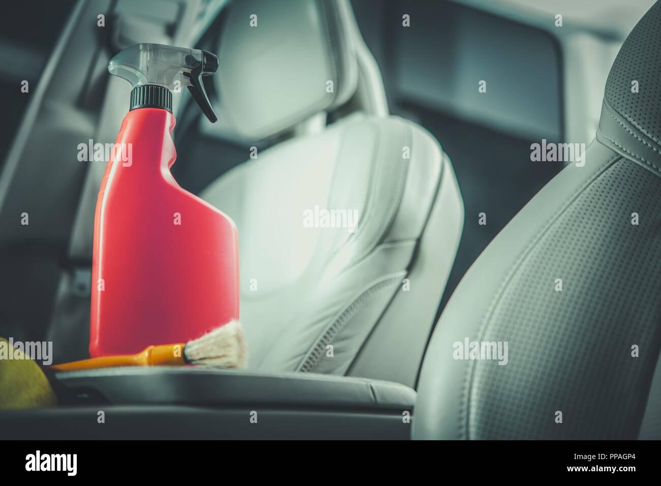 2384e3fbdac1c Auto Leder Reinigung Reinigungsmittel im Orange Rot Flasche. Modernes  Fahrzeug Innenausstattung mit hellen Leder Veredelung