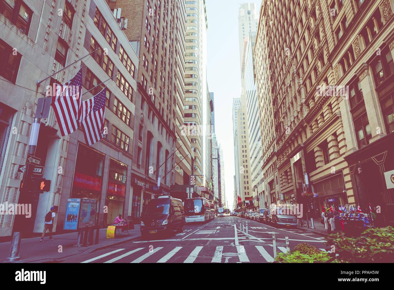 NEW YORK - September 2, 2018: New York City Straße Straße in Manhattan am Sommer, viele Autos, gelbe Taxis und beschäftigt Menschen gehen zu arbeiten. Stockfoto