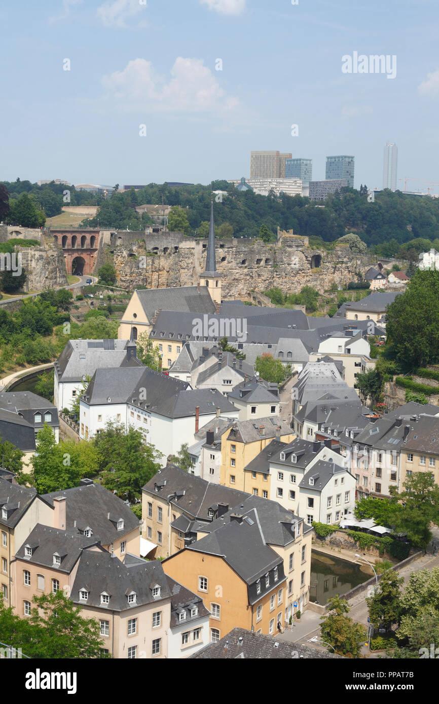 Häuser, Abtei Neumünster, Kirche, Kloster, Kulturzentrum, untere Stadt Wengen, hinter die Wolkenkratzer des Plateau de Kirchberg, Luxemburg Stadt, Luxe Stockbild