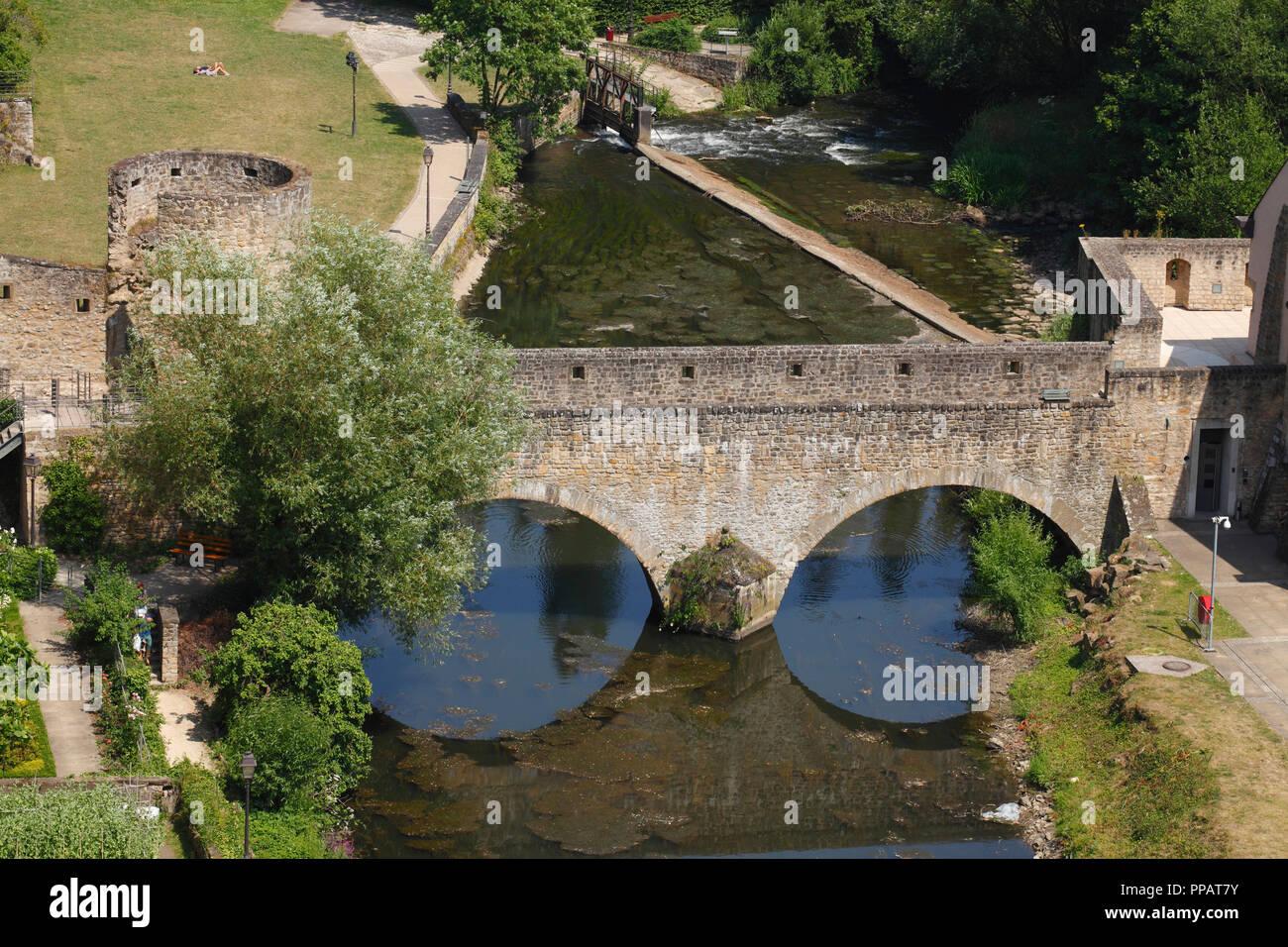 Taurus Brücke, Stadtmauer und Alzette, Luxembourg City, Luxemburg, Europa ich Brücke Stierchen, Stadtmauer und Fluss Alzette, Luxemburg-Stadt, LStockfoto