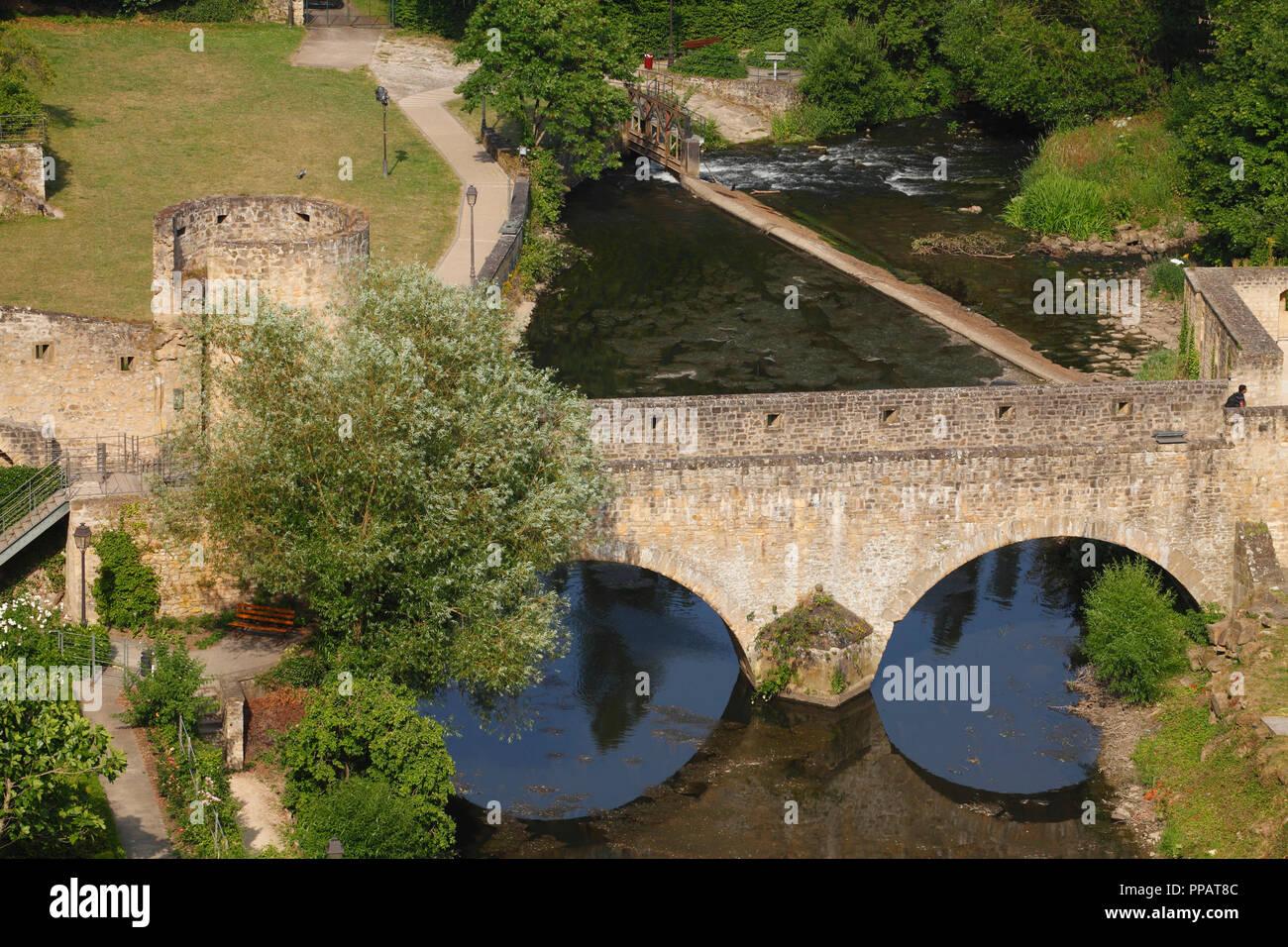 Taurus Brücke, Stadtmauer und Alzette, Luxembourg City, Luxemburg, Europa ich Brücke Stierchen, Stadtmauer und Fluss Alzette, Luxemburg-Stadt, L Stockfoto