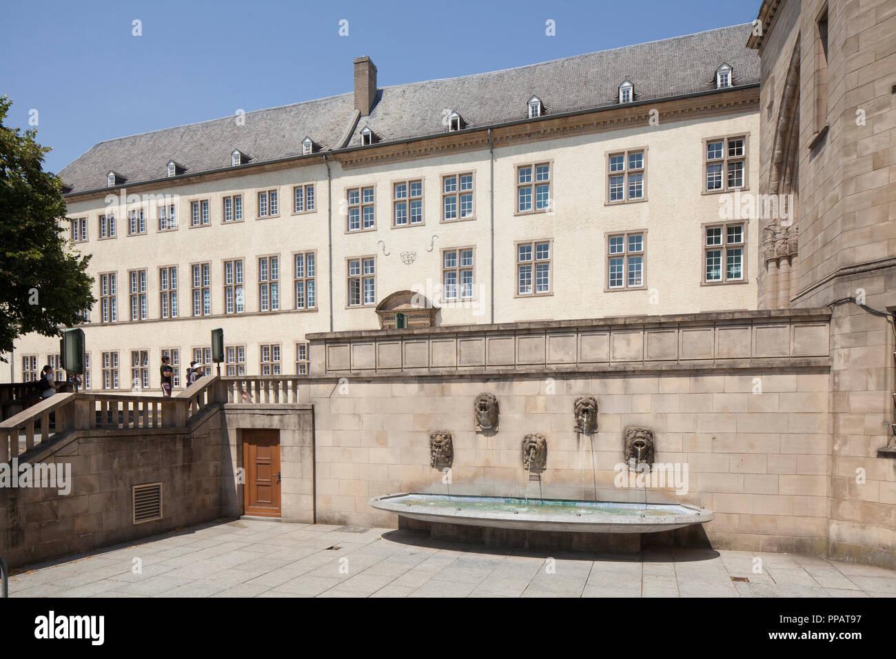 Zentralbibliothek im Gebäudekomplex des ehemaligen Jesuitenkollegs, Springbrunnen, der Stadt Luxemburg, Luxemburg, Europa ich Nationalbibliothek im Gebäudekomp Stockfoto
