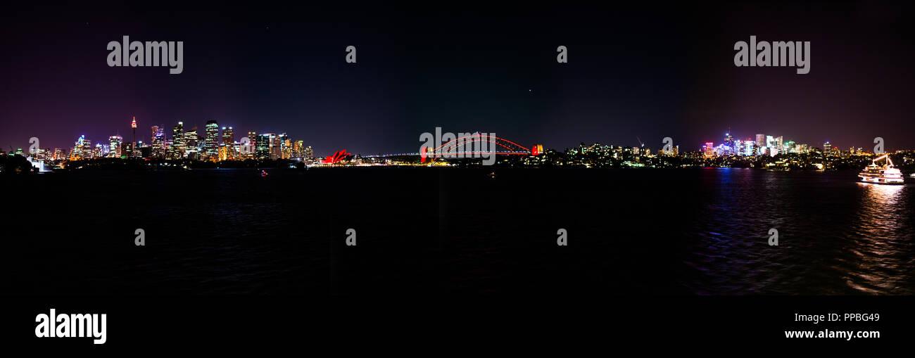 Ein Panoramabild in der Nacht der Hafen von Sydney, die Oper und die Brücke zu schätzen wissen. Nur eine zauberhafte Stadt, eine Stadt in Australien. Stockbild