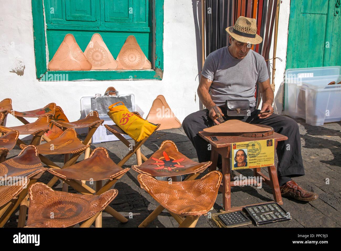 Handwerker fertigt Klappstühle mit Leder Pads, wöchentliche Sonntag Markt in Teguise, Lanzarote, Kanarische Inseln, Spanien Stockbild