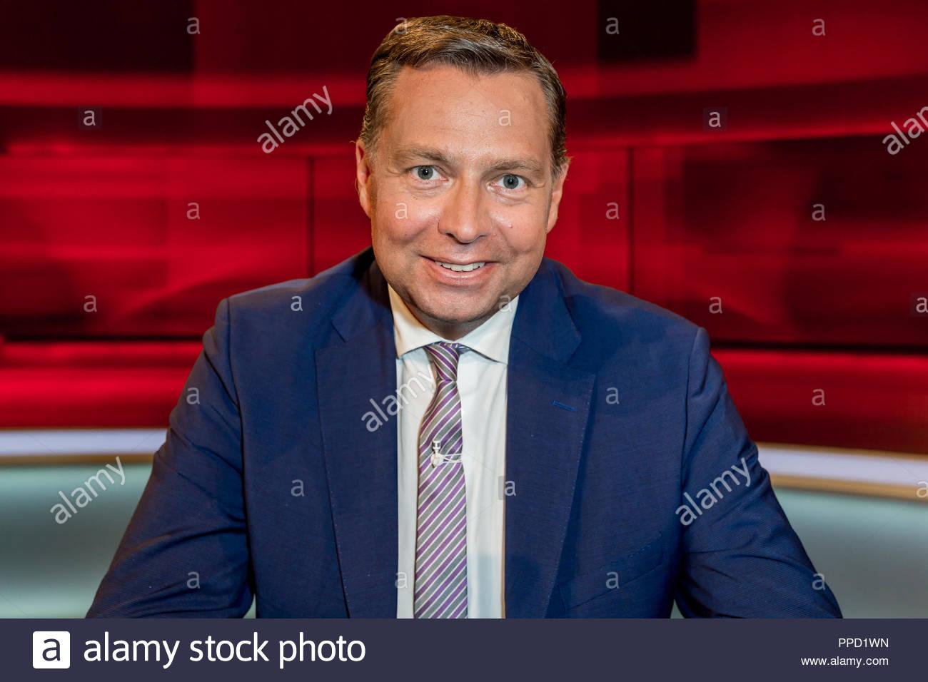 Stephan Mayer CSU, parlamentarischer Staatssekretär im Bundesinnenministerium sowie Mitglied im Fraktionsvorstand im Fernsehstudio bei Hart aber fair. Stockbild