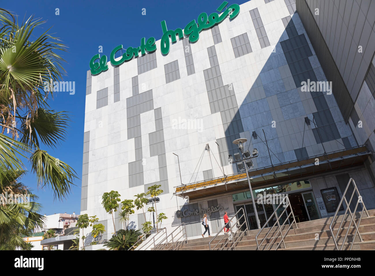 Fuengirola, Costa del Sol, Provinz Malaga, Andalusien, Südspanien. Menschen, El Corte Ingles. Stockbild